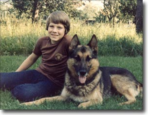 Here he is: the genious German Sheperd from the border control. No, that on the right of course. To the left - that's me at a tender age